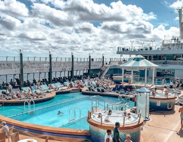 Norwegian Pearl's pool deck